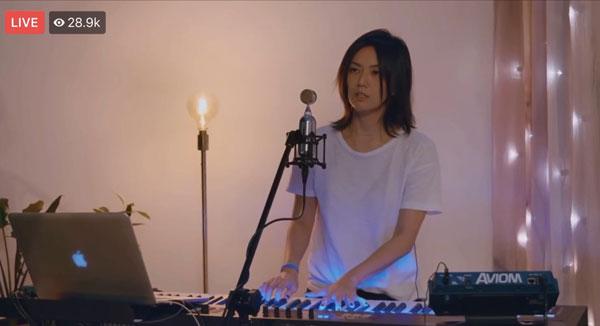 孙燕姿自弹自唱《天黑黑》送给歌迷。