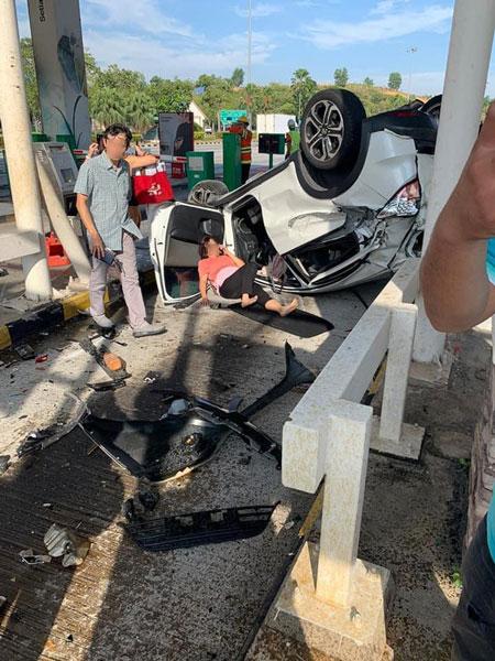 白色轿车女司机负伤躺在地上,等待医护人员到场。