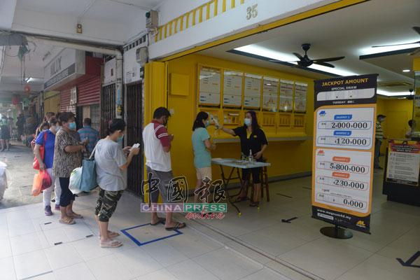 在进入店前,博彩店员工都会为顾客测量体温,及需填写资料。