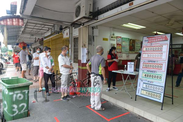 民众耐心排队等待,进入店内。