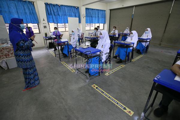 每个班级除了分成小组上课,课室地板也贴上来安全社交距离贴纸。