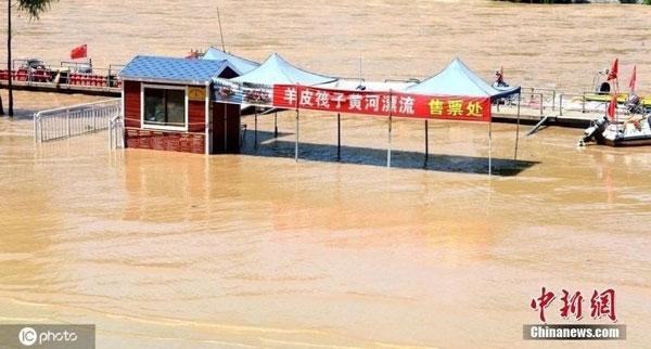 黄河兰州段水位周六上涨,兰州市已将沿河的公园、索道码头等部分设施以及羊皮筏子漂流、快艇等旅游项目暂时关闭。(中新网)