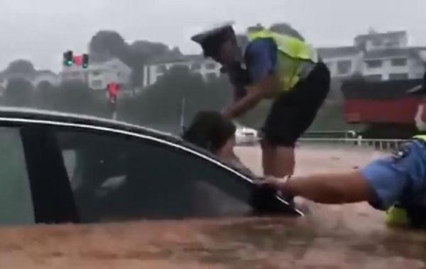宜昌一片汪洋,车辆灭顶,民警砸挡风镜救人。