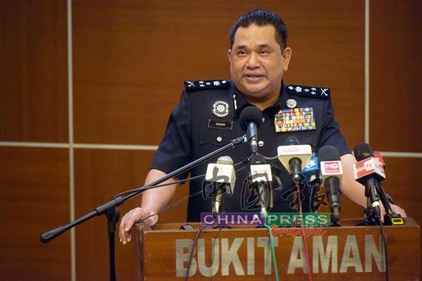 胡兹公布警方侦破3大偷渡集团的详情。