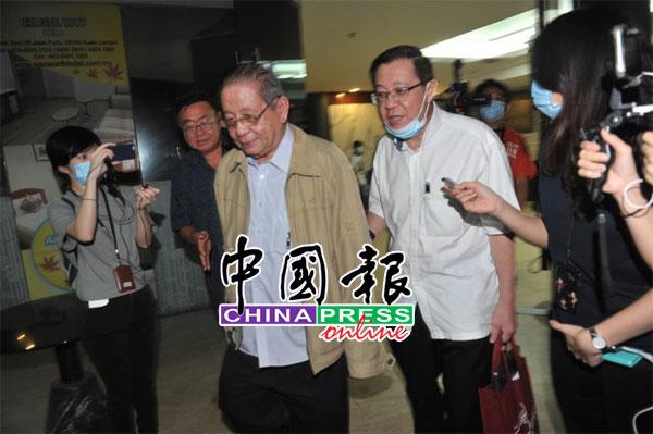 林冠英(右起)在会议结束后,与父亲林吉祥离开现场,他在接受媒体采访时一直三缄其口。