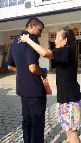 老婦對聶依查尼的出現感到欣喜,還不斷用手輕拍他的肩膀。