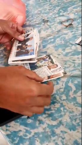 老婦收集的關於聶依查尼新聞的剪報。