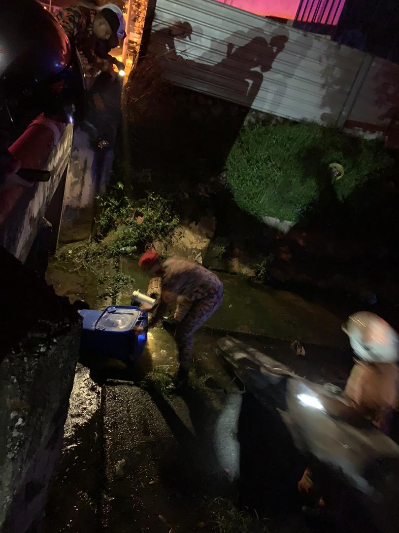 消拯员除了使用现场两个消防栓的水源,也利用沟渠水灭火,以阻止火势蔓延。