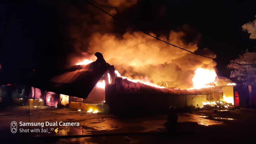 一间售卖塑料物品的店铺突起火燃烧,熊熊烈火个滚滚浓烟冲上天。