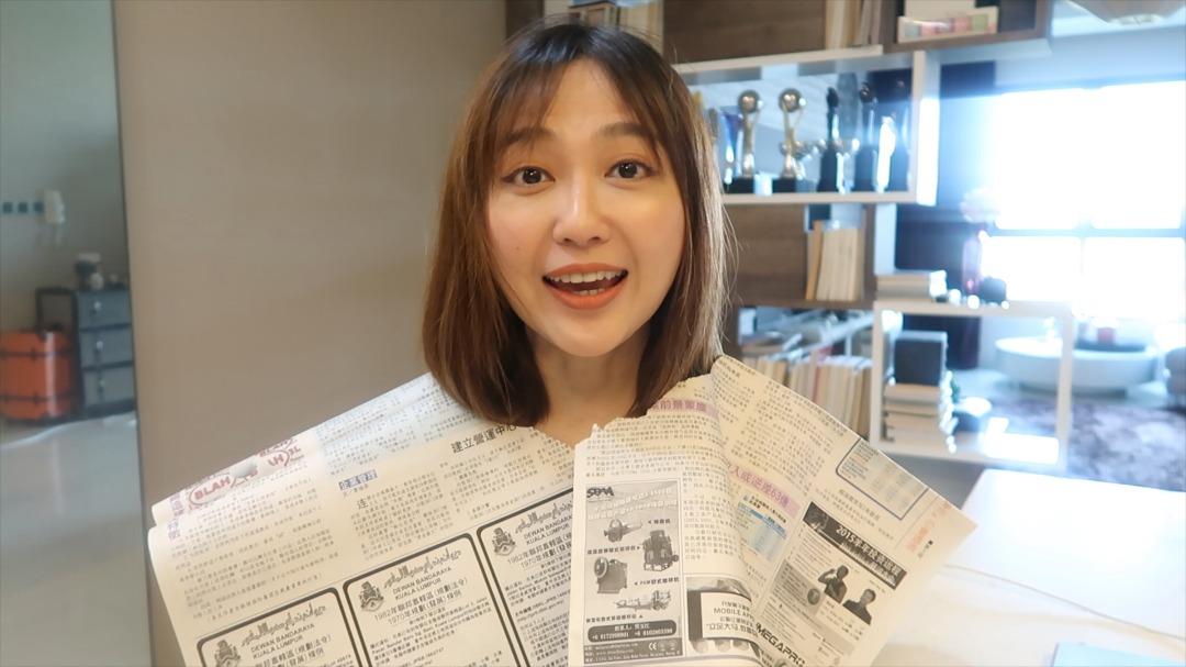 李欣怡用报纸当围巾。