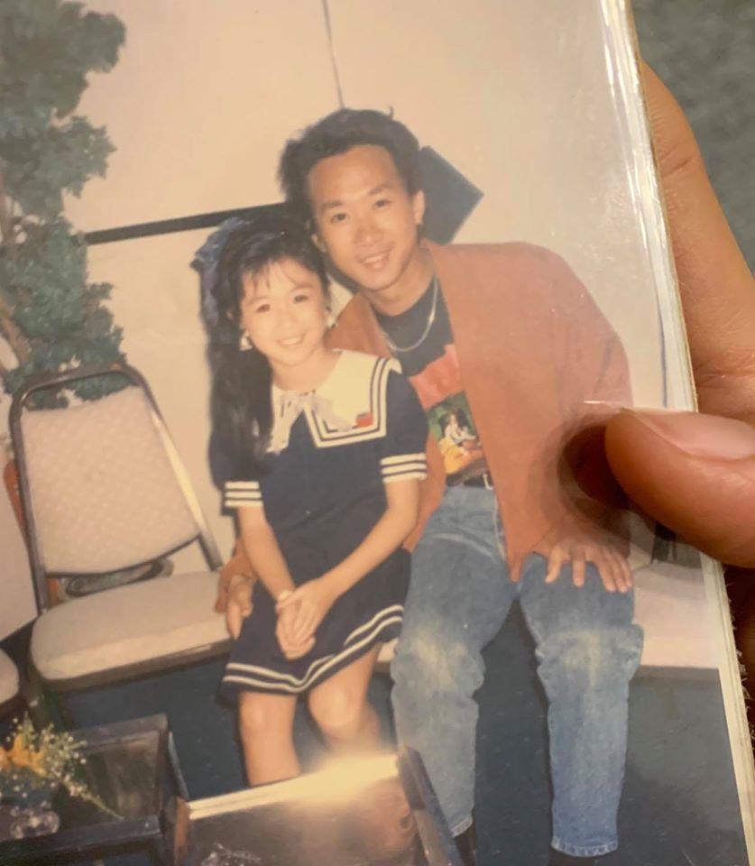 10岁时的唐宁与黄家驹合照。