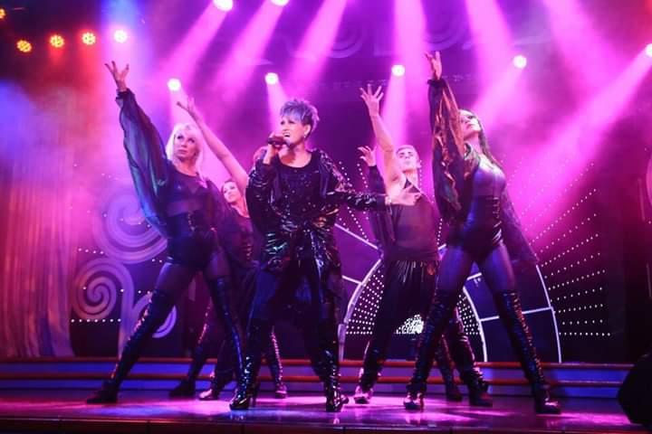 陈莉祝(左2)有大马梅艳芳之称,有着丰富的舞台经验。