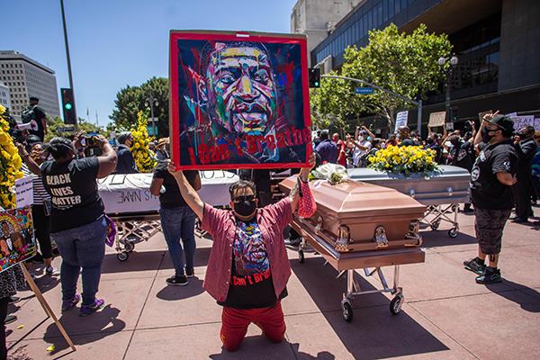 示威者周一抬棺抗议。(法新社)