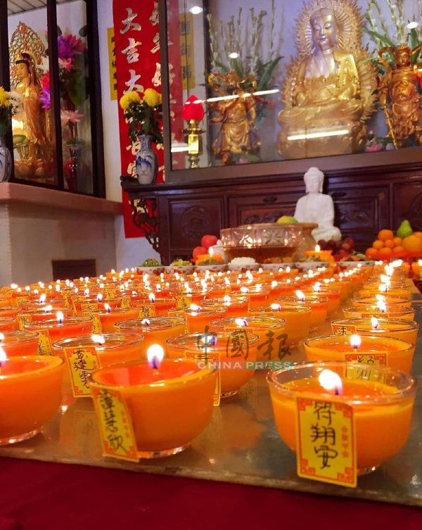 一些佛堂虽然暂时不办法会,却接受点灯祈福。