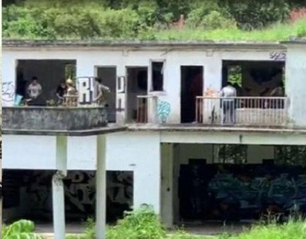 邓兆尊与弟妹坐拥的西贡亿元地皮兼别墅,已成为外人打野战的荒废场地。