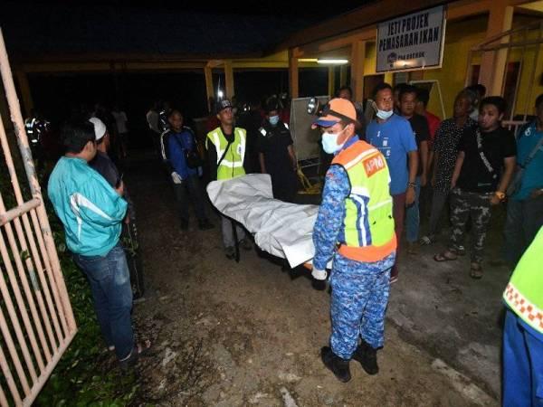 出海事故的其中一名死者,遗体被移上岸。