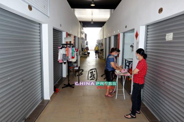 大巴刹设有约200个洋货摊,但开店做生意仅有10%。
