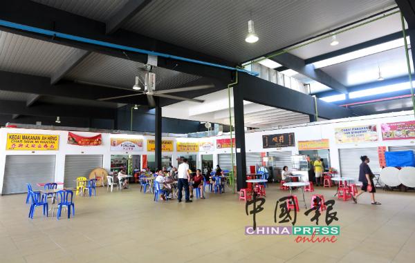 大巴刹熟食摊位恢复堂食后,桌位也有限制,登门堂食的顾客也很零星。