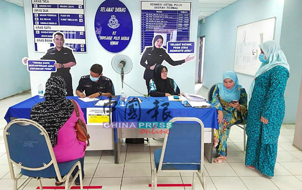 警队一哥特到林茂警区5月27日启用的申请跨州特别服务柜台,进行监察。