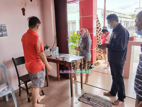 清灵宫准备了搓手液、体温计等,让入庙者使用,遵守标准作业程序。
