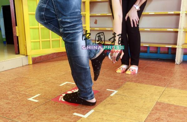 进入幼儿园范围前,除了手掌,就连脚板也必须消毒,防疫工作做得滴水不漏。
