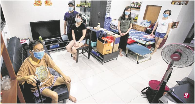 張名茪(左)聽友人曾氏蒂娜(中)批有一批越南人滯留新加坡,於是讓包括阮氏賢(右2)和鄧氏璇(右)等的越南人暫住他家。