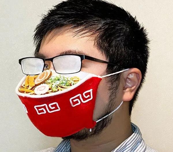 """日本一名设计师分享了自己设计的""""拉面口罩"""",浮夸的外表也引发网友讨论。"""