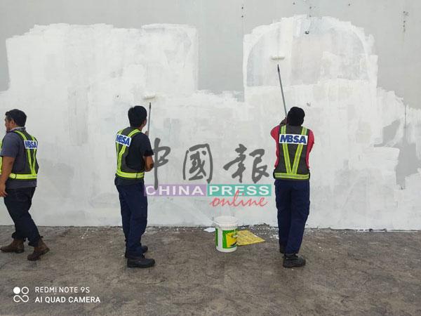 莎阿南市政厅官员随后把被涂鸦的肖像粉刷白色漆。