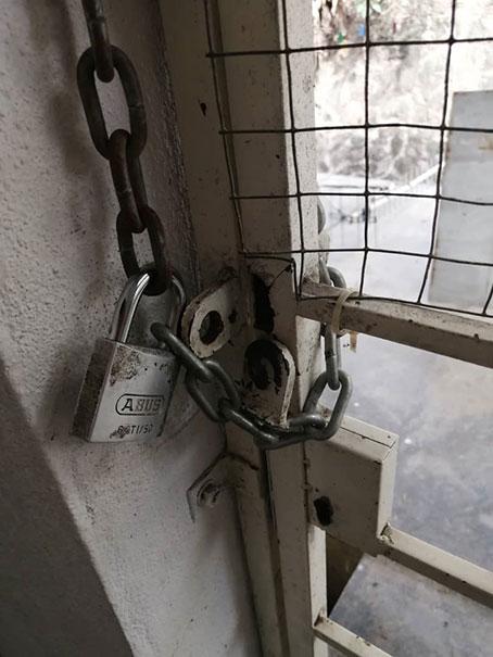 小偷从屋后剪断锁链,撬开铁门进入屋内干案。