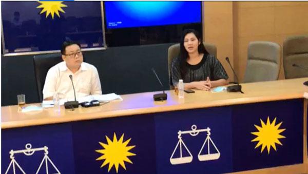 吴健南(左)和陈太太(右)针对保险公司无理取消保单一事,召开记者会。