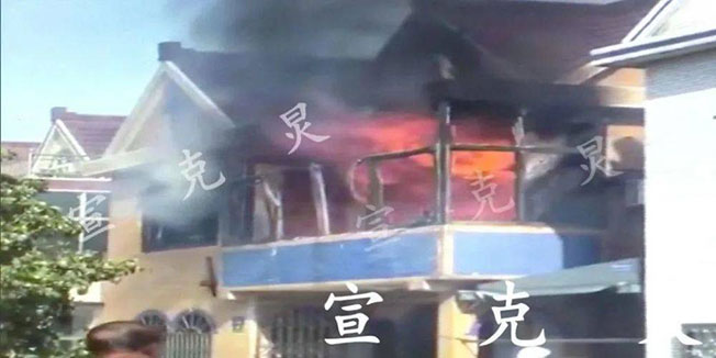 严男放火烧豪宅现场。