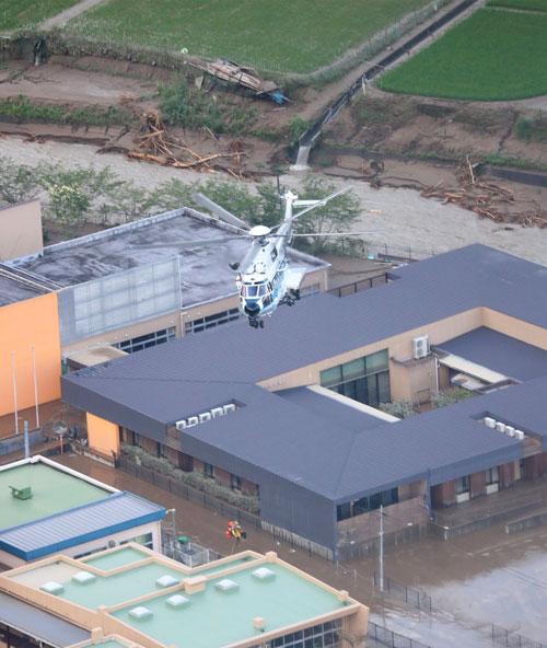 熊本縣老人院的一名老人在搜救直升機的協助下撤離災區。(法新社)