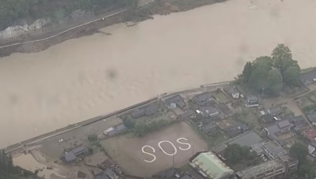 日本放送協會(NHK)的直升機在熊本縣八代市阪本町廣場拍到「SOS」,可能是附近居民發出的求救訊號。