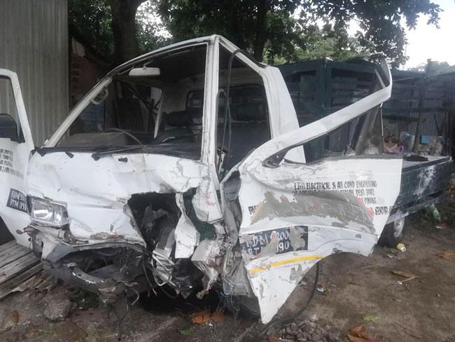 司机晕倒后,罗厘撞向轿车后,再撞路堤,严重损坏。(图取自林明辉面子书)