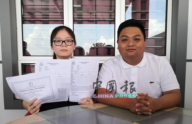 李舜玉(左)完成4年学士学位课程迟迟未取得文凭,已向警方报案,徐安业(右)陪同召开记者会。