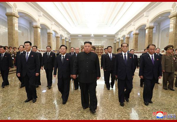 三胖兄领导朝鲜一众高管,拜谒太阳宫悼念一胖逝世26周年。