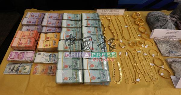 警方在行动中起获大批现金和金饰品。