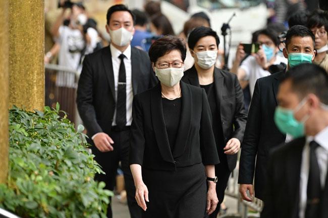 香港特首林郑月娥(中)到场,出席赌王何鸿燊出殡。(法新社)