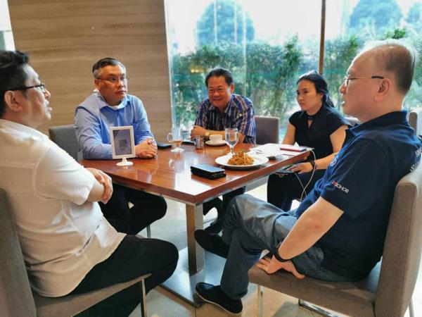 魏家祥(右)与郭鹤尧华小建委会成员会面,了解建校进展。