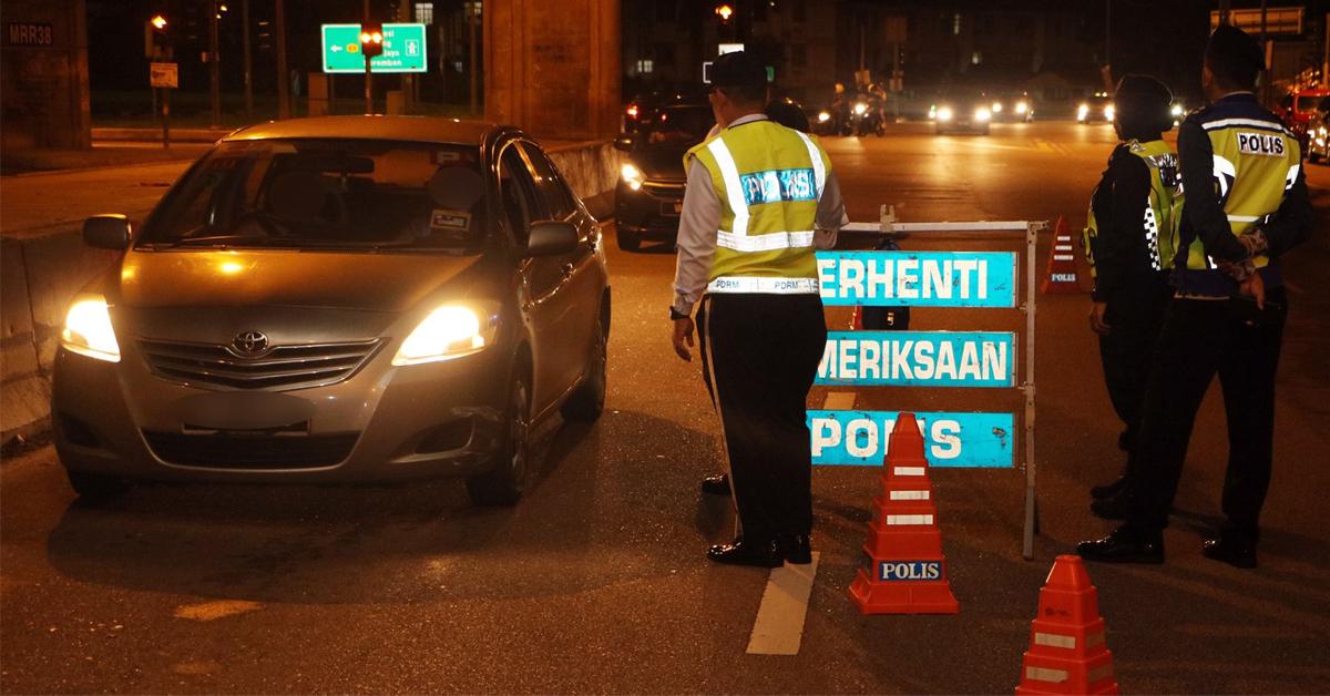警方设立路障截查来往车辆。
