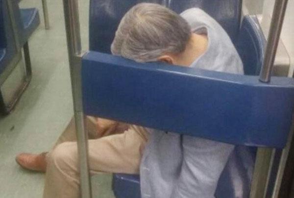 墨西哥一名70岁老翁搭乘地铁时猝死,瘫坐博爱座上数小时。
