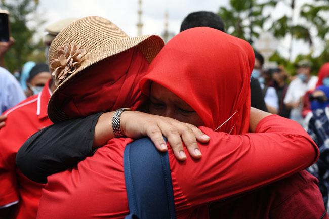 两名女性支持者听闻纳吉罪成的消息后,互相拥抱安慰。