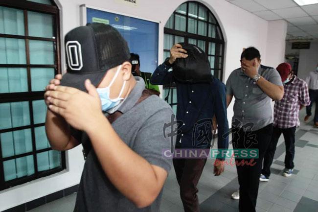4被告全程以手和背包遮脸,避开媒体镜头。