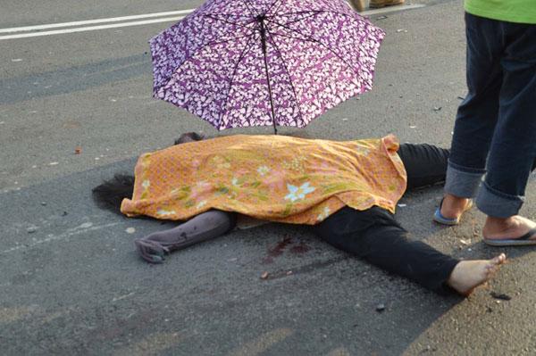 努莎扎娜蒂拉遗体躺在路边,令人见了鼻酸。