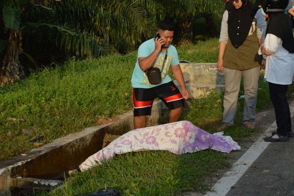 西蒂诺莎西拉被抛至水沟边惨死。