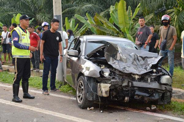奔舒娜轿车车头撞得毁坏不堪。