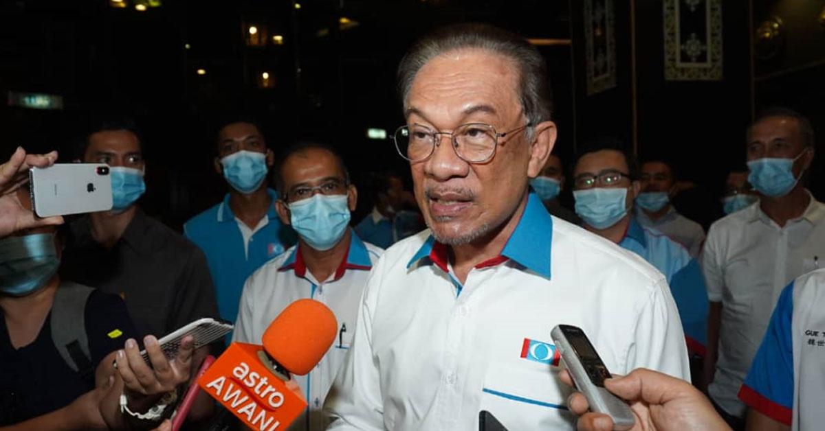 安华在马六甲发表谈话。