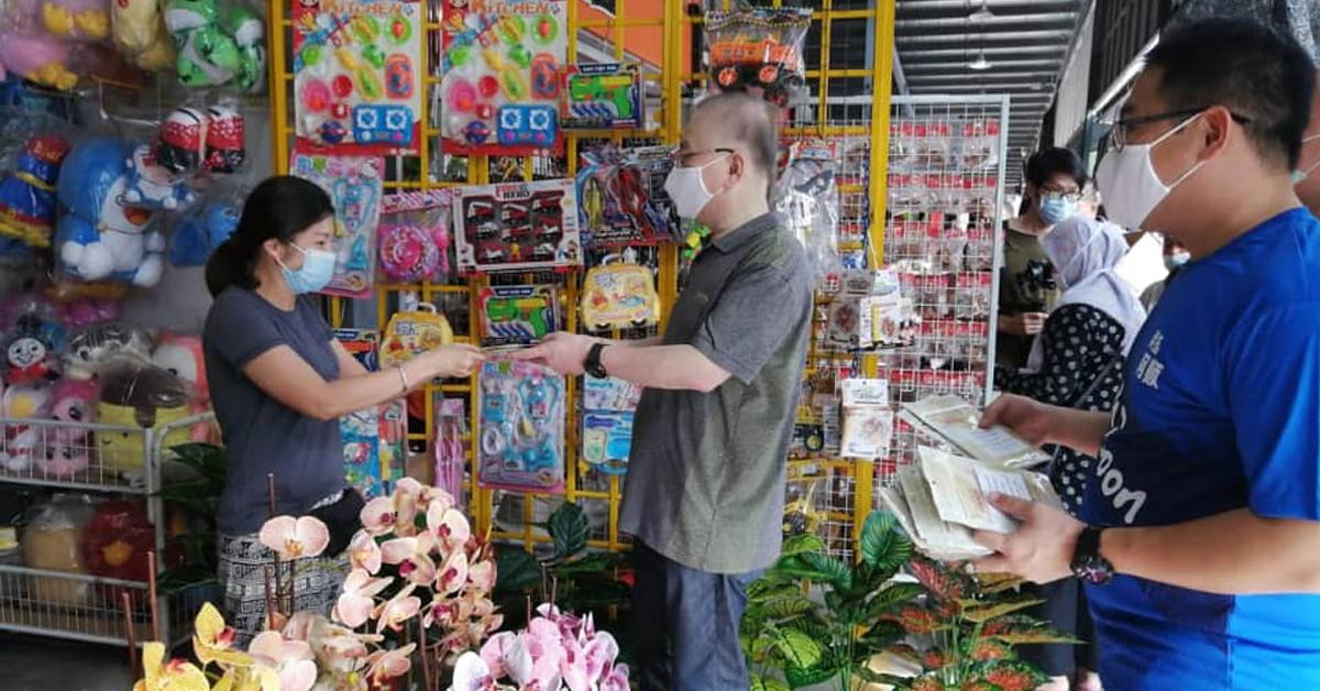 魏家祥(右2)将口罩交给缤纷广场的业者。(取自魏家祥面子书)