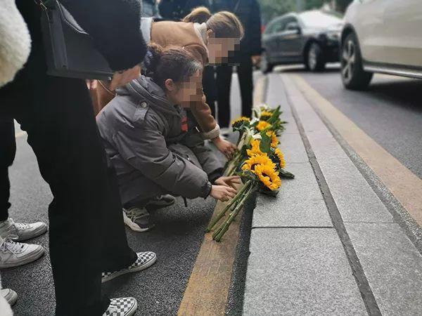 少女父亲选择原谅,事发后买了3束花,一束献给女儿,一束献给女儿好友,最后一束给跳楼的李男。