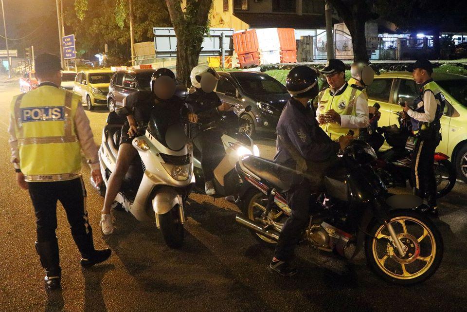 摩哆骑士配合警方指示接受盘查。